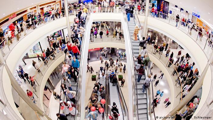 Вид сверху. Торговый центр с покупателями.