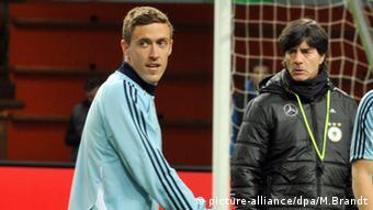 Joachim Löw mit Max Kruse beim Training der Nationalmannschaft (Foto: picture-alliance/dpa/M.Brandt)