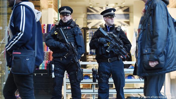 полицейские на вокзале в Великобритании