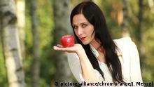 Schneewittchen mit Apfel , Märchenfigur