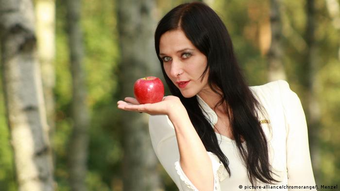 Snowwhite with an apple, (picture-alliance/chromorange/J. Menzel)