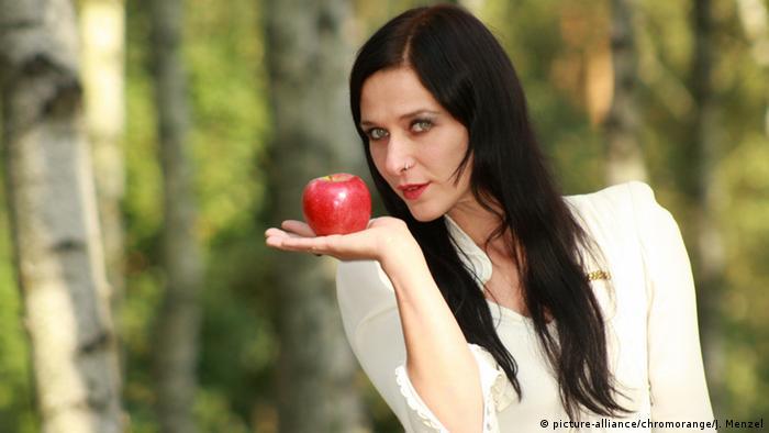 Una chica con una manzana.