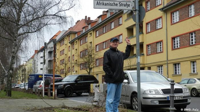 Johann Ganz in front of a street sign which means 'African Street' © DW/D. Pelz