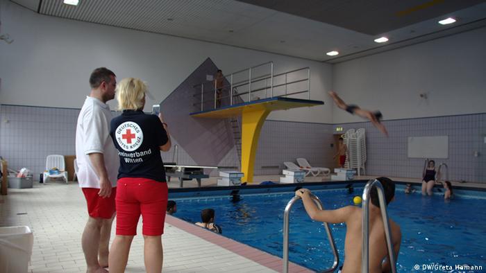 تدريب لاجئين على السباحة في مدينة فيتن شمال غرب ألمانيا