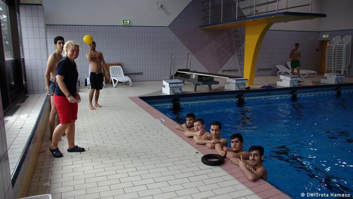 Schwimmkurs für Flüchtlinge (Foto: DW/Greta Hamann)