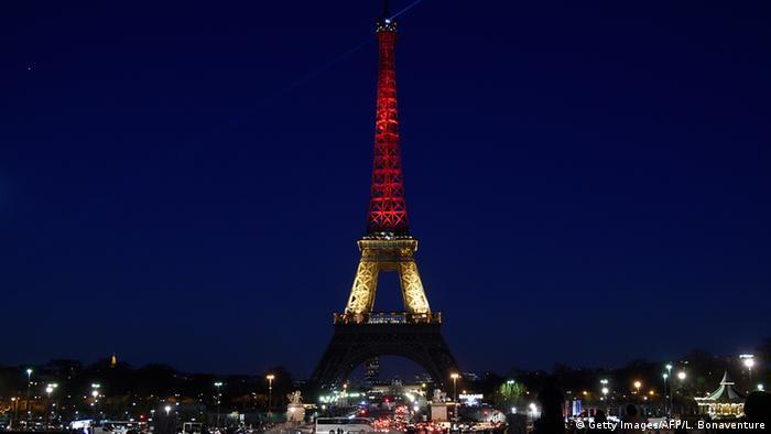 Ейфелева вежа у Парижі у кольорах бельгійського прапора після терактів у Брюсселі 22 березня 2016 року