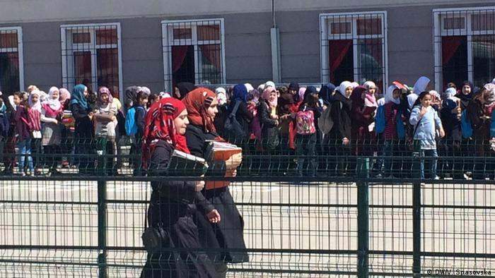Kilis'te Suriyeli öğrenciler kamptaki okula gidiyor.