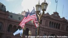 epa05225940 US national flags fly on Plaza de Mayo in Buenos Aires, Argentina, 22 March 2016. The country is preparing for a visit by US President Barack Obama to start on 23 March, after a historic visit to Cuba. picture-alliance/dpa/EPA/D. Fernandez +++(c) dpa - Bildfunk+++