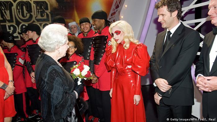 Queen Elizabeth II trifft Lady Gaga Blackpool England