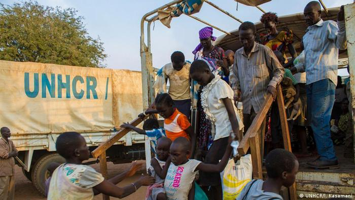South Sudan refugees alight from a truck (UNHCR/I. Kasamani)