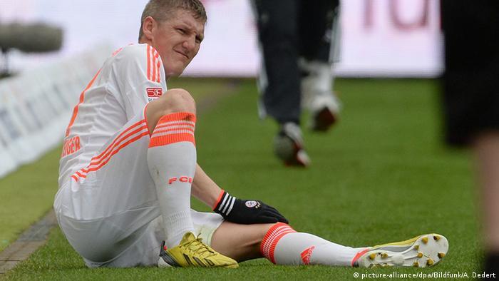 Una y otra vez la rodilla. La actual no es la primera lesión de Bastian Schweinsteiger antes de un torneo importante.