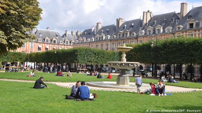 Парк на площі Вогезів у Парижі