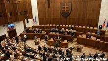 March 23, 2016 (c) Getty Images/AFP/S. Kubani Bildunterschrift:Deputies stand after Slovak Prime Minister-elect and leftist Smer-Social Democracy party leader Robert Fico took the oath of office on the Slovak Constitution on March 23, 2016 in Bratislava during the first session of the parliament since the March 5 elections. / AFP / SAMUEL KUBANI (Photo credit should read SAMUEL KUBANI/AFP/Getty Images)