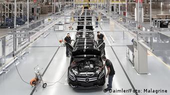 Сборка автомобилей Mercedes-Benz на заводе близ бразильского города Сан-Паулу