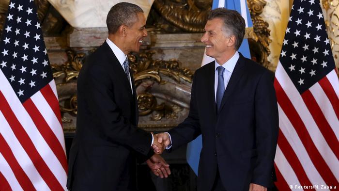 Obama y Macri se dan la mano.
