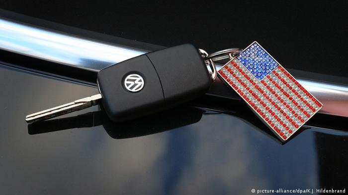 Ключи от автомобиля Фольксваген и брелок в виде флага США