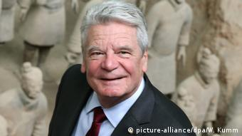 Joachim Gauck bei der Terrakotta-Armee in China (Foto: picture-alliance/dpa/W. Kumm)