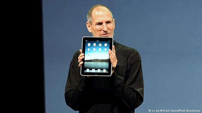 Steve Jobs mit Apple iPad ohne Logo