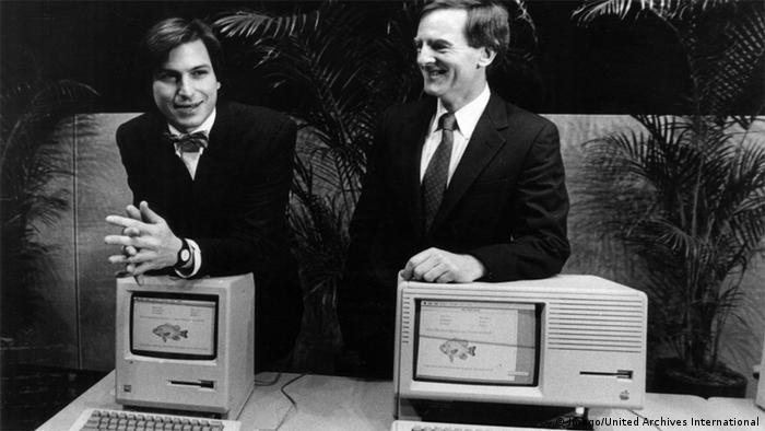 Steven P Jobs und Apple Präsident John Sculley 1984 präsentieren Lisa II Staff Computer