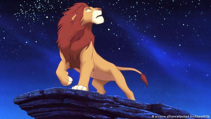 Der König der Löwen steht in dem Zeichentrickfilm auf einem Felsen unter dem Nachthimmel, 1994 (picture alliance/United Archives/IFTN)