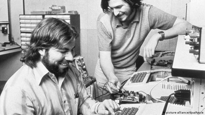 Die US-Amerikaner Steve Wozniak und Steve Jobs sitzen an einem Computer 1976