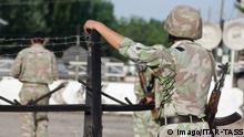 Bildnummer: 54166264 Datum: 21.06.2010 Copyright: imago/ITAR-TASS KYRGYZSTAN. JUNE 21, 2010. Uzbek servicemen guard a check point on the Kyrgyz-Uzbek border. PUBLICATIONxINxGERxAUTxONLY Gesellschaft Politik Unruhe Kirgisien Flüchtlinge premiumd xint kbdig xsp 2010 quer o0 Soldat Zaun Stacheldraht o00 Aufstand, Bürgerkrieg Bildnummer 54166264 Date 21 06 2010 Copyright Imago ITAR TASS Kyrgyzstan June 21 2010 Uzbek servicemen Guard a Check Point ON The Kyrgyz Uzbek Border PUBLICATIONxINxGERxAUTxONLY Society politics Unrest Kyrgyzstan Refugees premiumd Kbdig xsp 2010 horizontal o0 Soldier Fence Barbed wire o00 Uprising Civil war © Imago/ITAR-TASS