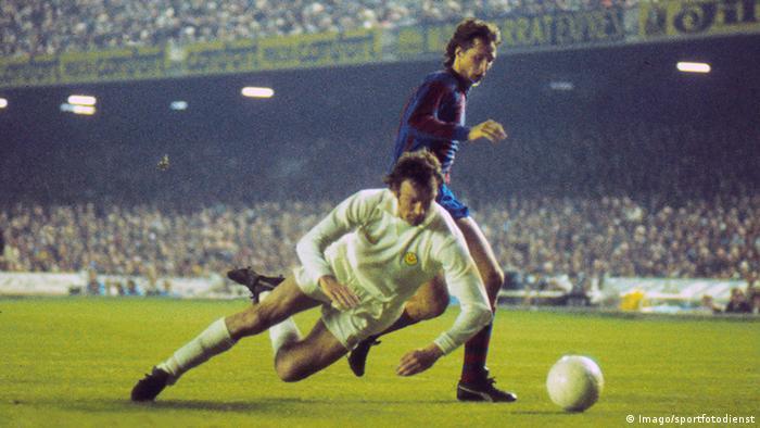 Johan Cruyff FC Barcelona , Paul Madeley von Leeds (Vordergrund)