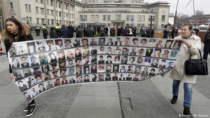 Niederlande Radovan Karadzic vor Gericht in den Haag Überlebende und Angehörige vor dem Gericht