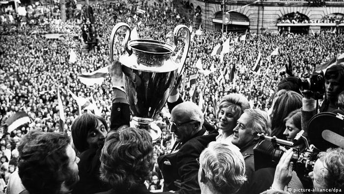 Johan Cruyff mit Pokal vor Fans