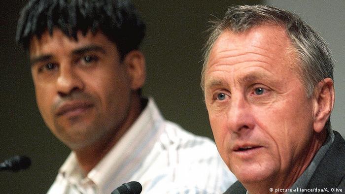 Johan Cruyff (R) und Frank Rijkaard (L)