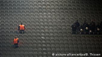 Außer ein paar Ordnern und Polizisten sitzt niemand auf der Tribüne. Foto: DPA