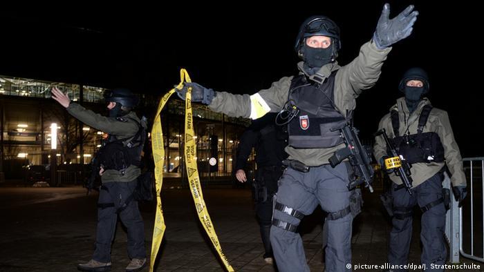 Polizisten mit Sturmgewehren stehen vor dem geschlossenen Stadion und Sperren den Bereich ab. Nach den Terroranschlägen von Paris wurde das Spiel kurzfristig abgesagt, das bereits geöffnete Stadion wurde evakuiert. Foto: Julian Stratenschulte/dpa +++(c) dpa - Bildfunk+++