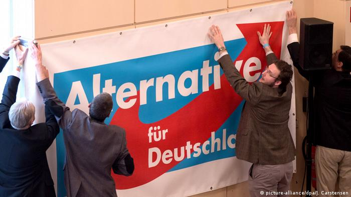 People hanging up election poster Copyright: picture-alliance/dpa/J. Carstensen