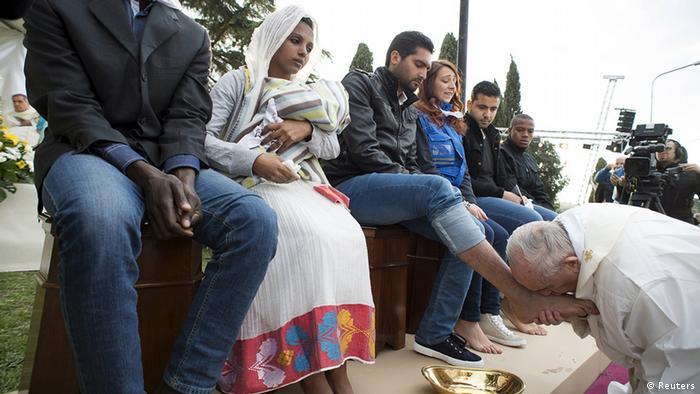 بوسه بر پای یک پناهجو در ایتالیا