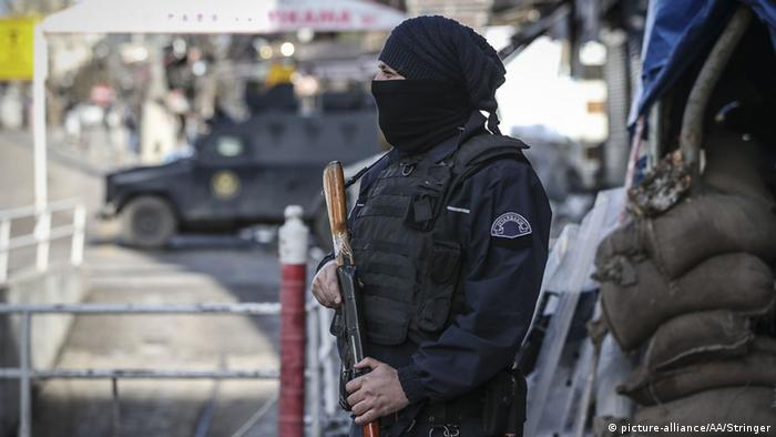 Turkish police stands guard on the streets as anti terror operation against PKK terrorist group continues at the Sur district of Diyarbakır, Turkey on January 20, 2016 (Photo: Stringer / Anadolu Agency)