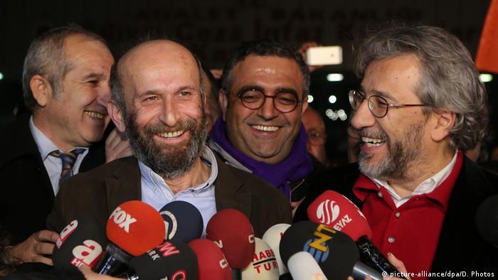 Erdem Gül ve Can Dündar, 26 Şubat 2016'da Silivri Cezaevi'nden tahliyeleri sonrası açıklama yaparken