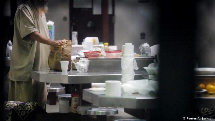 Заключенный спецтюртьмы Гуантанамо в тюремной столовой. Лица не видно