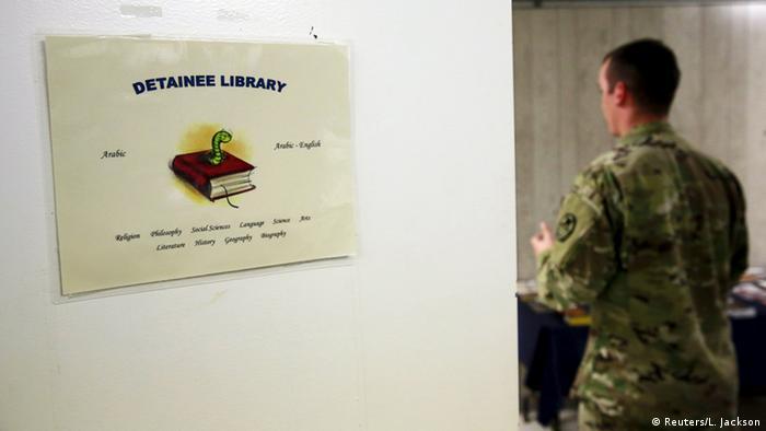 Охранник, стоящий перед входом в тюремную библиотеку