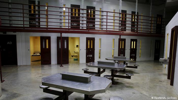 Военный лагерь Гуантанамо для подозреваемых в терроризме. Столы для приема пищи для заключенных. На заднем плане - несколько камер для заключенных, одна из которых открыта