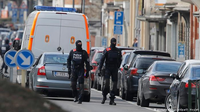 Armed Belgian police patrols at the scene of an apparent operation against terror suspects picture-alliance/dpa/O. Hoslet