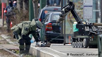 Bomb disposal team in Schaerbeek © Reuters/C. Hartmann