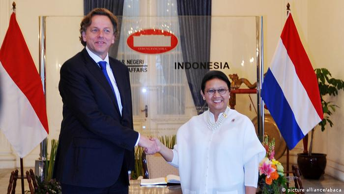 Dutch Foreign Minister Bert Koenders with his Indonesian counterpart Retno Marsudi in Jakarta