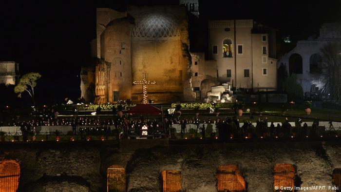 Vatikan Rom Karfreitag Papst Franziskus Kreuzweg Kolosseum