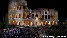 25.03.2016 *** Faithful attend in front of the Colosseum before the start of the Via Crucis (Way of the Cross) procession, which commemorates the crucifixion of Jesus Christ, led by Pope Francis in Rome Faithful attend in front of the Colosseum before the start of the Via Crucis (Way of the Cross) procession, which commemorates the crucifixion of Jesus Christ, led by Pope Francis in Rome, Italy, March 25, 2016. REUTERS/Stefano Rellandini Copyright: Reuters/S. Rellandini