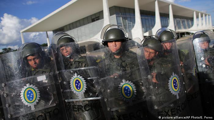Brasilien Soldaten in Brasilia (picture-alliance/AP Photo/E. Peres)