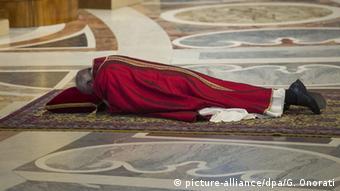 Vatikan Papst Franziskus Karfreitagsliturgie (picture-alliance/dpa/G. Onorati)