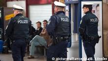 25.03.2016 *** Bewaffnete Beamte der Bundespolizei gehen am 25.03.2016 durch den Hauptbahnhof in Gießen (Hessen). Nach offizieller Darstellung der zuständigen Staatsanwaltschaft wurde hier am 24.03.2016 ein 28-jähriger Marokkaner festgenommen, der möglicherweise Verbindungen nach Brüssel hat. Bei der Durchsuchung des Mannes wurden Dokumente und ein Handy sichergestellt, die seinen Aufenthalt in der Nähe von Brüssel belegen sollen. Foto: Boris Roessler/dpa © picture-alliance/dpa/B. Rössler