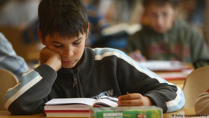 Junge liest in einem Buch Deutschland Berlin