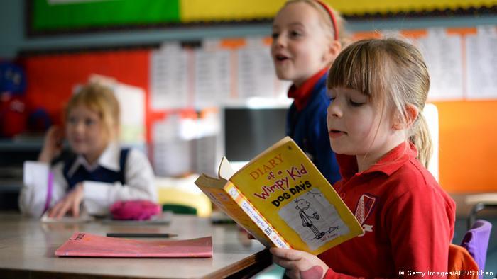 Mädchen liest ein Buch in der Schule, Copyright: Getty Images/AFP/S.Khan