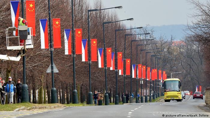 Prag Polizei Flaggen Beschmierung mit Farbe Xi Jinping Besuch (picture-alliance/dpa/K.Sulova)